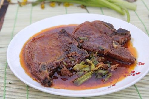 Từng miếng sườn thấm mềm, pha lẫn vị đậm đà của gia vị, phần nước sốt thịt, bạn có thể chan với cơm ăn cũng rất ngon.