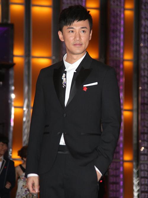 Lâm Phong một mình đi tiệc mà không có bạn gái đi cùng.