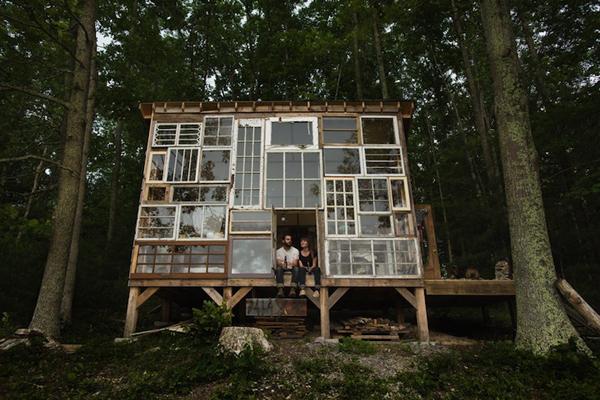 Ngôi nhà đặc biệt của vợ chồng nhiếp ảnh gia Nick Olson và vợ là nhà thiết kế Lilah Horwitz tọa lạc tại vùng núi bang Tây Virginia. Ngôi nhà thu hút sự chú ý bởi được xây dựng trên cao, 4 bức tường được lắp ghép từ các khung cửa sổ lớn nhỏ, tạo nên một vẻ đẹp đáng kinh ngạc, kết hợp giữa cổ điển và hiện đại