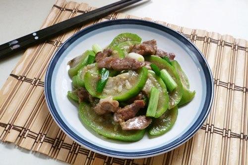 Mướp thơm và ngọt mềm, xào cùng với thịt lợn cho bữa cơm gia đình bạn một món ăn đơn giản mà ngon.