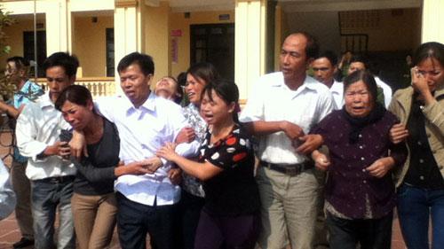 Ông Chấn ngày trở về bên vòng tay của người thân. Bên phải là con gái Nguyễn Thị Thu. Chị gái của Thu là Nguyễn Thị Quyền đã tự nguyện xuất khẩu lao động ở Đài Loan để kiếm tiền giúp bố minh oan.