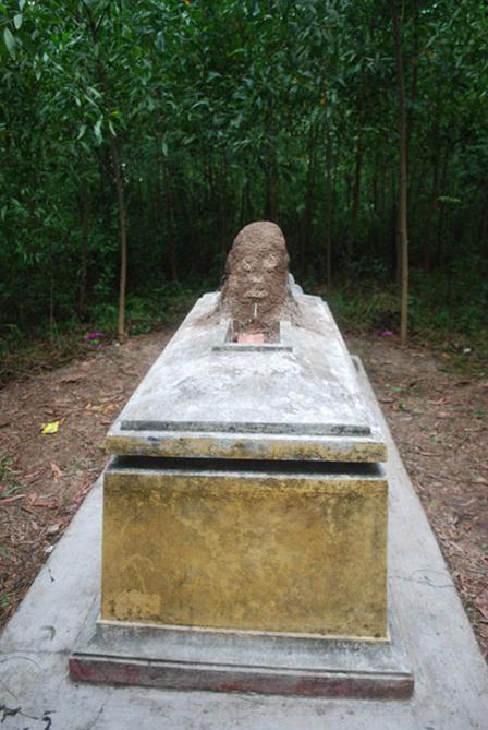 Tuy xuất hiện đã khá lâu nhưng mỗi khi nhìn vào ngôi mộ với ụ mối hình đầu người, nhiều người vẫn không khỏi kinh sợ.