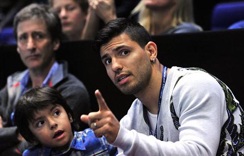 Tiền đạo Man City, Sergio Aguero đưa cả cậu con trai Benjamin tới sân O2 cổ vũ đồng hươngJuan Martin Del Potro
