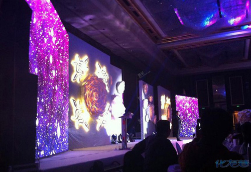 Sân khấu đám cưới nổi bật với hệ thống đèn điện lung linh.