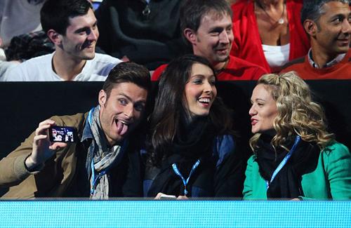 Giroud lè lưỡi nhí nhảnh chụp ảnh mình và bà xã.