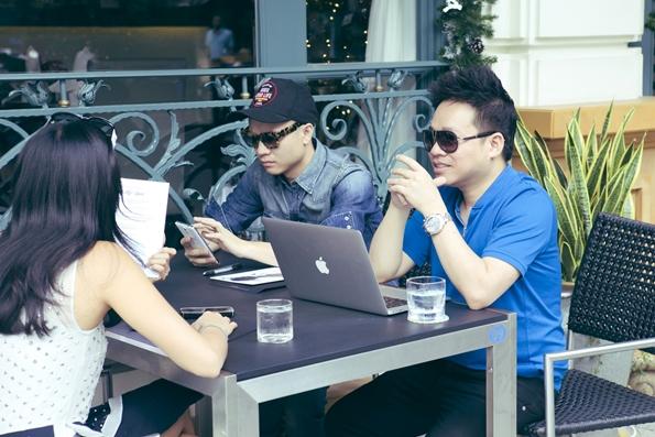 Người đẹp dành thời gian để bàn bạc nội dung cùng nhà thiết kế Đỗ Mạnh Cường và giám đốc chương trình Phạm Huy Cận.