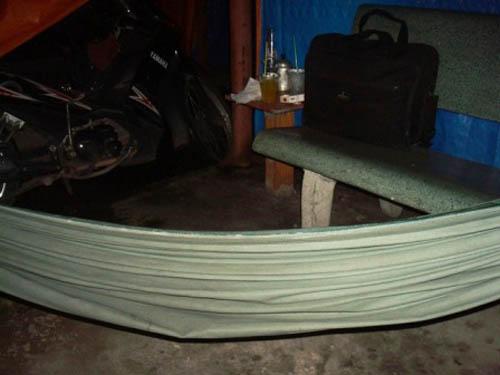 Bên trong mỗi nhà chòi chỉ có băng ghế đá, chiếc võng và sàn nhà được quết sạch.