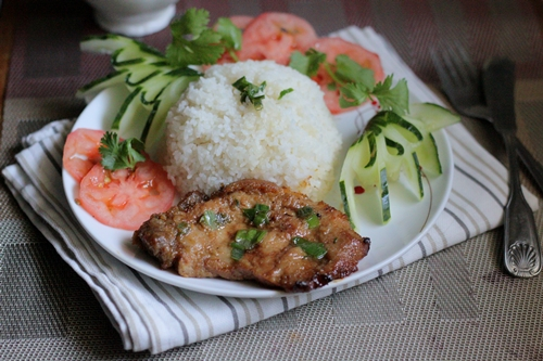 Sườn mềm, thấm gia vị và thơm mùi sả, khi ăn dùng kèm với dưa chuột và cà chua.