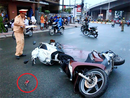 Hiện trường vụ tai nạn khiến ông Hạnh bị tay gương chiếu Hậu đâm vào cổ tử vong. Dấu khoanh tròn đỏ tay gương chiếu hậu bị gãy.