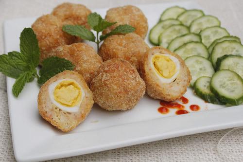 Chả tôm ngọt, dai, bên trong được bọc một quả trứng cút, được rán giòn làm món mặn ăn với cơm hoặc món khai vị khi nhà có tiệc đều ngon.