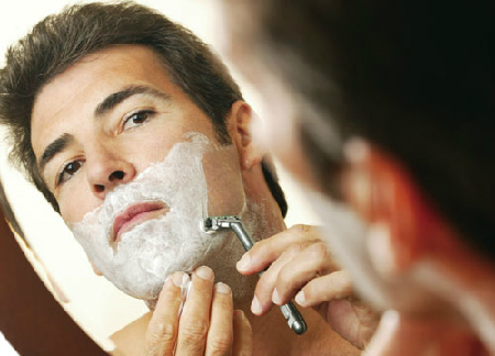 Việc cạo râu không đúng cách sẽ dẫn đến tình trạng viêm lỗ chân lông, vi khuẩn tích tụ, dễ dàng gây ra mụn.