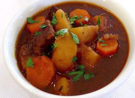 Thịt bò hầm khoai tây là món ăn thân thuộc và rất dễ làm. Tuy nhiên, nếu bạn muốn món ăn này ngon hơn, bò phải mềm, không dai, khoai chín bở ngấm đều.