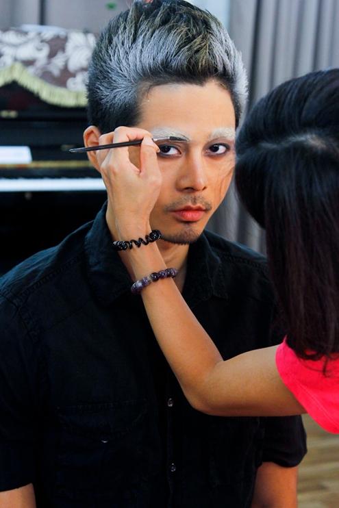 Trong tập 8 chương trình VietNam's Next Top Model 2013, các thí sinh phải hóa trang với mái tóc và gương mặt mang phong cách kinh dị để chuẩn bị cho thử thách chụp hình.