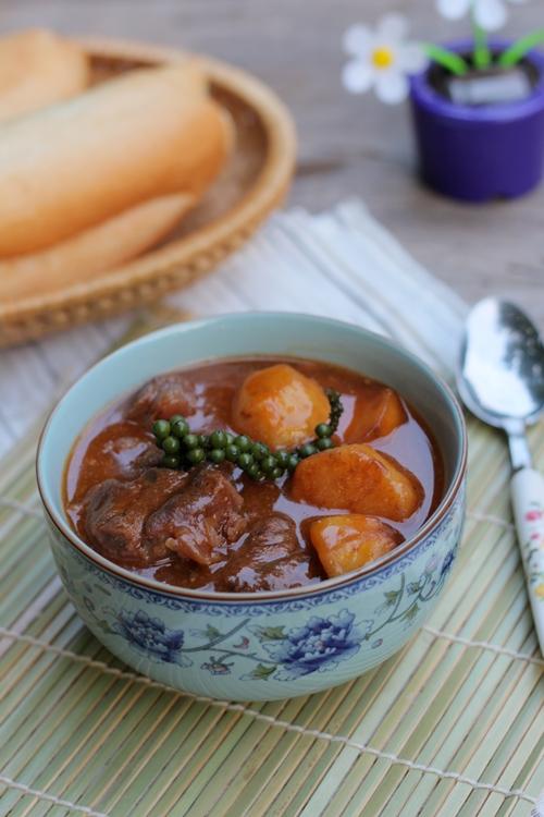 Vị thơm đặc trưng của tiêu xanh và thịt bò mềm quyện lẫn với vị đậm đà của nước sốt, dùng kèm với bánh mỳ hay cơm trắng đều ngon.