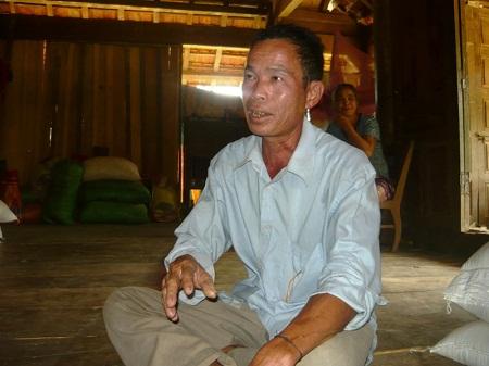 Ông Căn Văn Thường, trưởng bản Bạch Sơn chia sẻ về phong tục lạ kỳ ở bản.