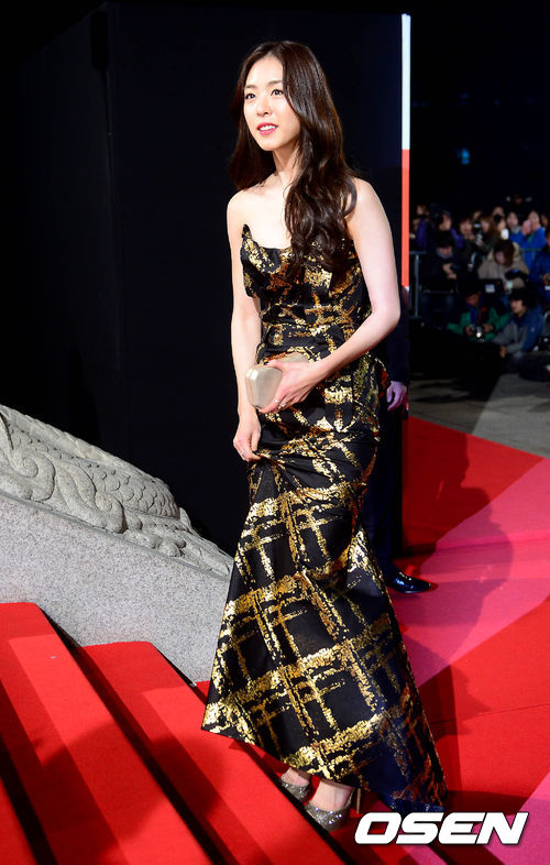 Trên thảm đỏ tối qua 22/11, Lee Yeon Hee đẹp dịu dàng với bộ đầm vàng lấp lánh ánh kim.
