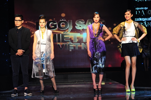 Lạm dụng khá nhiều phụ kiện, các thiết kế của Quang Nhật tạo cảm giác nặng nề hơn cho người mặc.