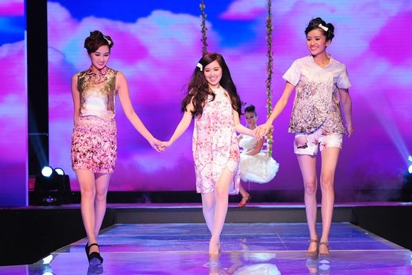Sở hữu chiều cao khiêm tốn, hotgirl Tâm Tít trông nhỏ bé và lọt thỏm giữa hai người mẫu còn lại. Trên sân khấu, họ cùng nhau thể hiện sự ngây thơ và trong sáng đúng với ý tưởng bộ sưu tập của thí sinh Khánh Vân.