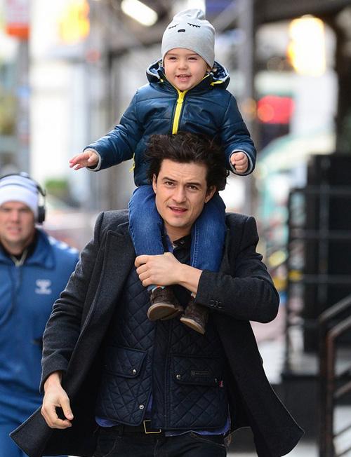 Flynn cười tít mắt trên phố