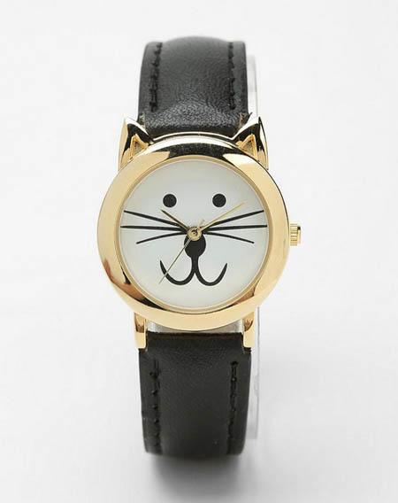 Đồng hồ dây da đen hình mặt mèo vừa dễ thương vừa thanh lịch.