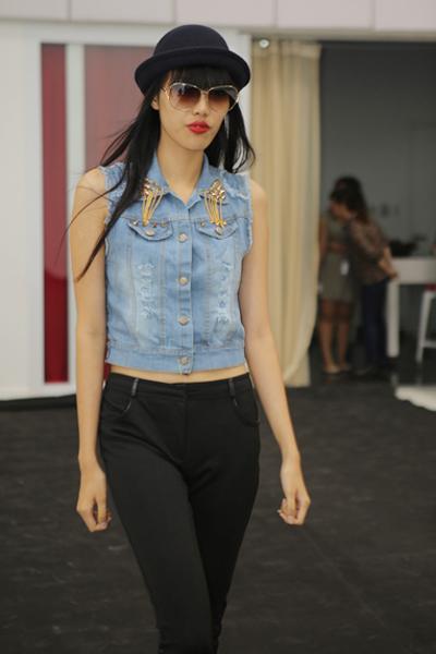 Trong chiều nay 26.11.2013, dàn người mẫu ELLE Fashion Show đã tập luyện và thử đồ với nhà thiết kế  tại trung tâm thể dục California, số 7, Nguyễn Tất Thành, Q4