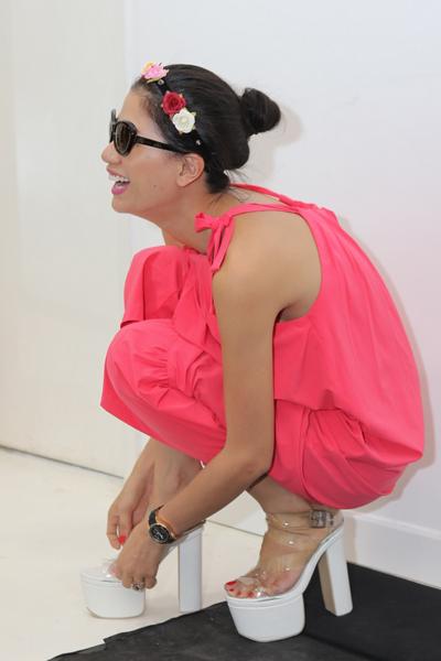 Trang Trần đau chân vì diện đôi giày cao gót.