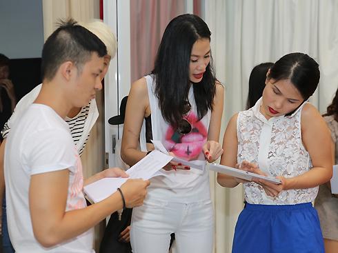 Người mẫu Thanh Trúc (giữa)