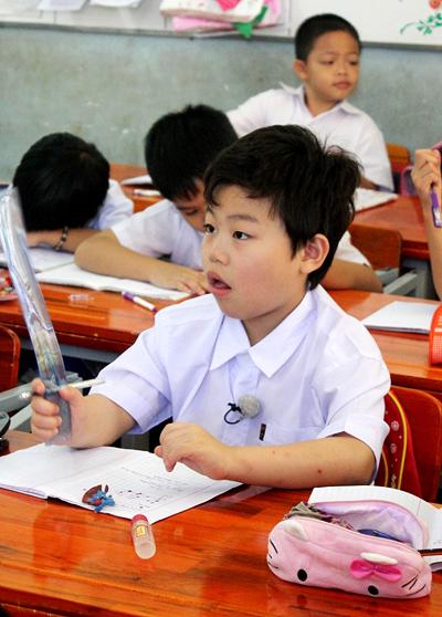 Psy nhí ngồi học cùng bạn bè Việt Nam