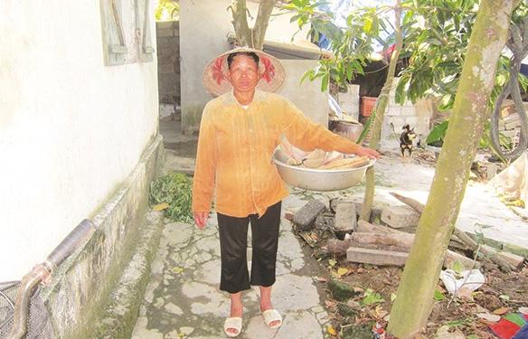 Sau 12 năm lênh đênh làm vợ xứ người, chị Tâm lại trở về với nghề mò cua, bắt ốc.
