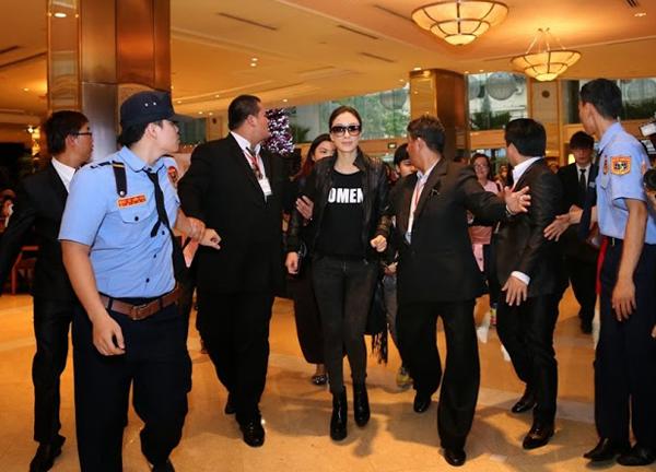 Dương Di được các vệ sĩ hộ tống từ sân bay về khách sạn. Trưa 4/12, tại TP HCM, Dương Di và Ngô Trác Hy cùng có buổi giao lưu riêng dành cho fan Việt.
