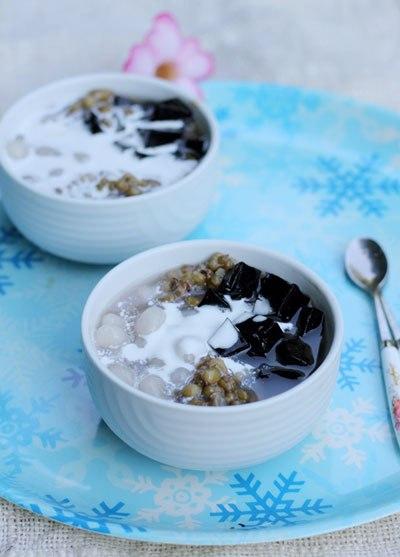 Ly chè đỗ xanh còn lẫn nguyên vỏ, được dùng kèm với những hạt trân châu dai và thạch đen ngọt mát.