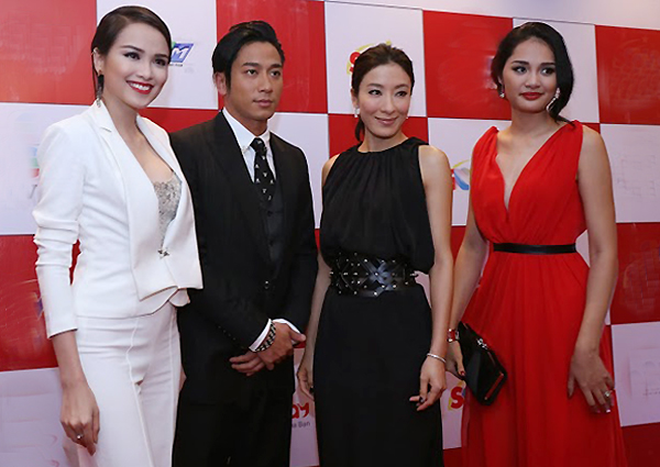 Hoa hậu Diễm Hương (trái) và Hương Giang (phải) chụp ảnh với đôi nghệ sĩ nổi tiếng trên thảm đỏ chương trình. Khi giao lư