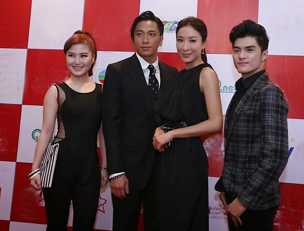 Ca sĩ Hương Tràm (trái)