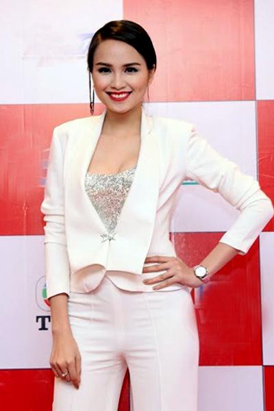 Diễm Hương cá tính với trang phục vest trắng thanh lịch.