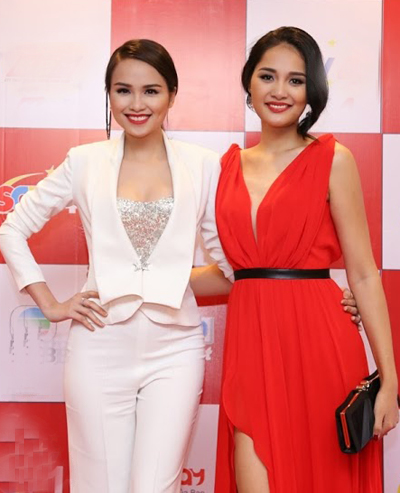 Hương Giang (phải) nổi bật với tông đỏ.