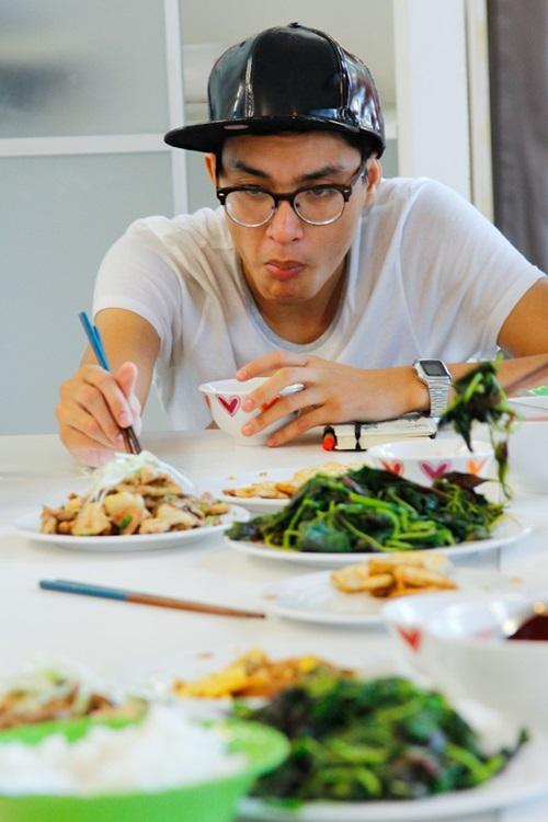 Quang Đại dùng bữa cùng các thí sinh Next Top Model khi còn ở Nhà chung.