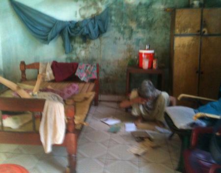 Mẹ con bà Cự trong ngôi nhà trọ ẩm thấp.