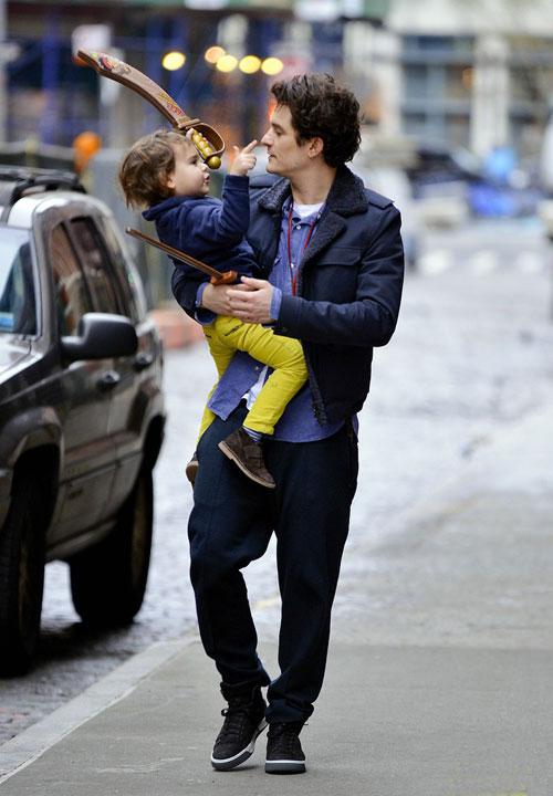 Orlando Bloom và con trai 'đấu kiếm' trên phố