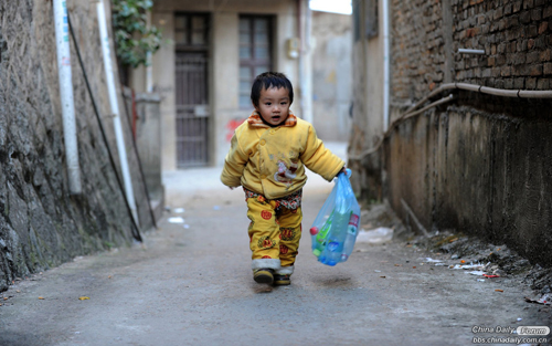 Xiaoxiao,2, is a patient with congenital heart disease. She is easy to be sick due to her weak body, which burdens her family heavily. To pick up the bottles, to pick up the bottles··· is her first reflection hearing bottles fell on the ground.
