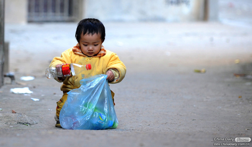 She began to have the reflection after seeing her grandfather collecting bottles for money. According to her grandfather, the little girl has collected bottles worthing 50 yuan in the last three months.