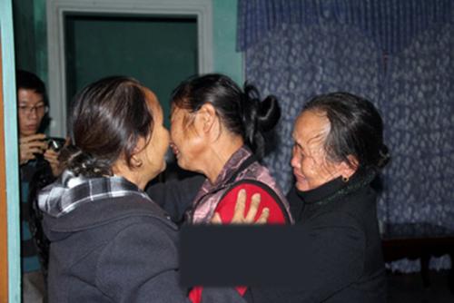 Bà Túc và bà Him òa khóc như một đứa trẻ sau khi thấy bà Nhân trở về.