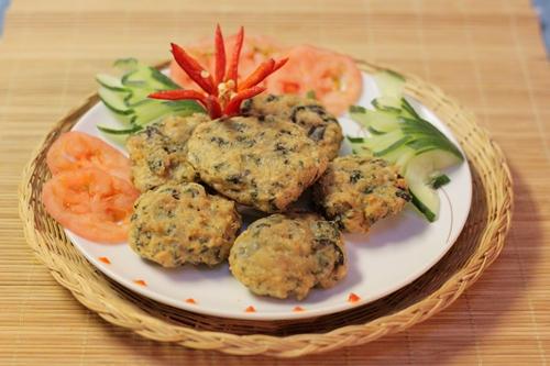 Chả gà dai quyện lẫn với mùi thơm của lá lốt, dùng kèm tương ớt là một gợi ý cho thực đơn bữa cơm chiều của nhà bạn.