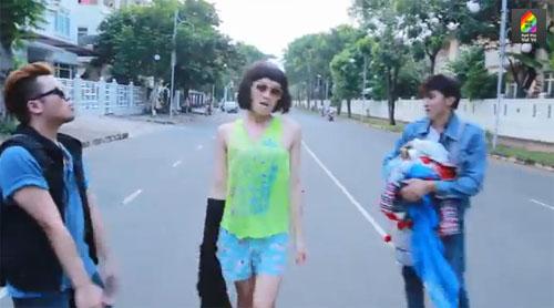 """Những cô gái lột đồ xinh đẹp trong MV """"Anh ko đòi quà"""" 3 miền :))"""