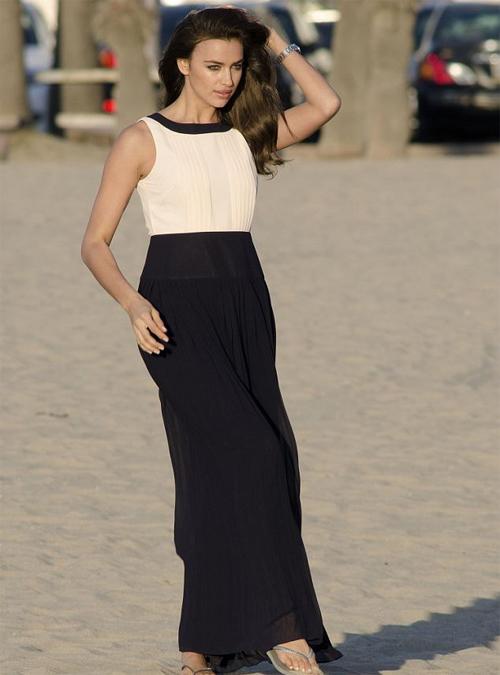 Vài giờ trước đó, bạn gái siêu sao Real xuất hiện tại một bãi biển ở Californnia trong bộ váy maxi đen trắng thời thượng.