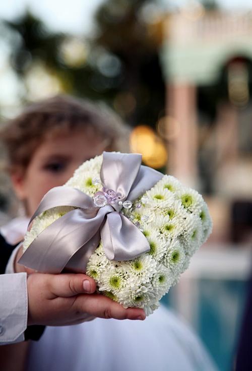 Hoa cúc kết thành gối nhẫn cưới cực đẹp