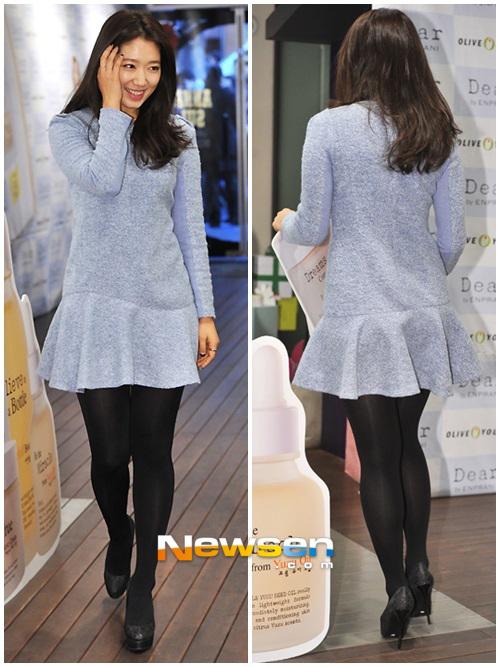 Park Shin Hye để lại thiện cảm với phong cách ăn mặc đơn giản.
