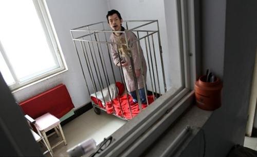 Peng Weiqing bị nhốt trong lồng từ lúc lên 6 tuổi Ảnh: HAP