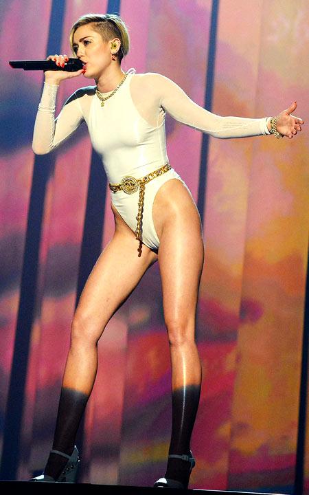 12-Miley-Cyrus-2013-EMAs-2-1988-13869914