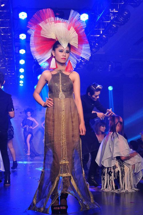 Bộ sưu tập  Phương Đông lối các mẫu váy, áo mượn các đường cắt cúp của áo dài, áo tứ thân, áo yếm và các họa tiết trống đồng tạo nên sự sang trọng, lịch sự. Chất liệu vẫn là các loại vải tự nhiên, silk, tapta,Gaza