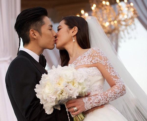 Đám cưới Ngô Kiến Hào diễn ra trong khung cảnh rất lãng mạn. Cô dâu Arissa Cheo - con gái một đại gia buôn bán dầu cọ ở Singapore, khối tài sản ước tính khoảng 10 tỷ NDT. Trong tiệc cưới, ngoài váy cưới truyền thống, cô dâu nhiều lần thay trang phục để tiếp đón khách.